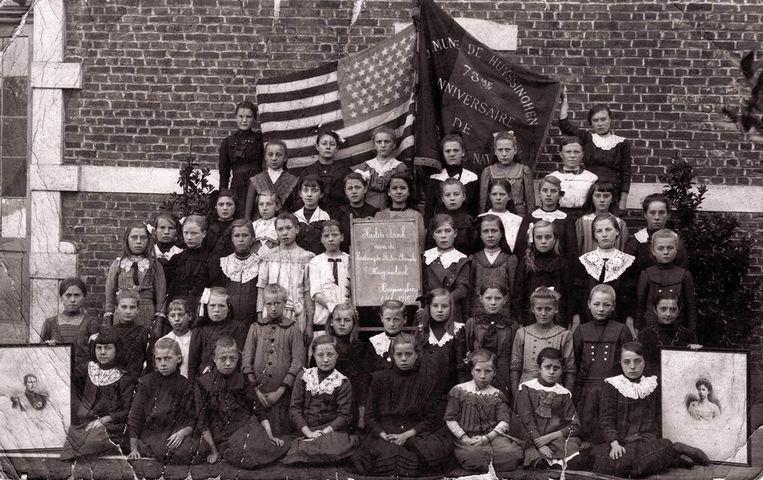 De kinderen en de leerkrachten van de gemeenteschool in Huizingen poseren voor een foto om de Verenigde Staten van Amerika te danken voor de noodhulp tijdens de Eerste Wereldoorlog.