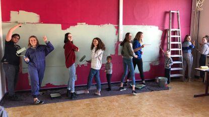 Derdejaars Sint-Laurens steken klaslokaal in warm rood