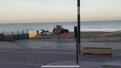 Oeps ... Range Rover rijdt zich vast op strand van Knokke