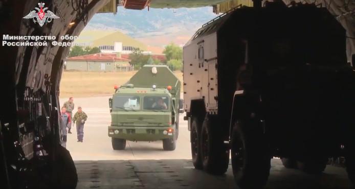 Beelden van het Russische ministerie van Defensie toont het inladen van de S-400 systemen voor Turkije.