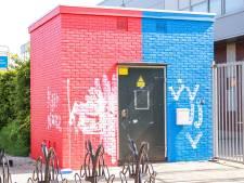 Pas geschilderd rood-blauw stroomhuisje in Bunschoten beklad