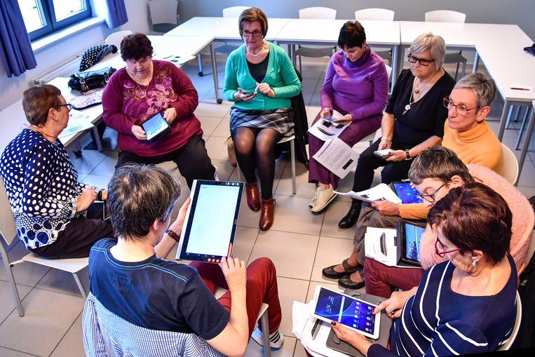 Cursisten volgen aandachtig tijdens de  cursus smartphone, tablet met android.
