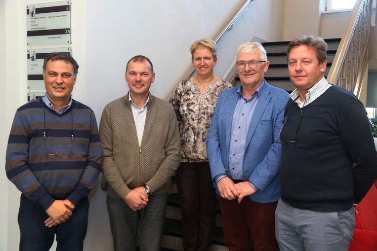 Het nieuw schepencollege met vlnr schepen Dominique Cool, burgemeester Lieven Vanbelleghem, schepenen Marleen Soete, Johan Vanysacker en Peter Vantomme.