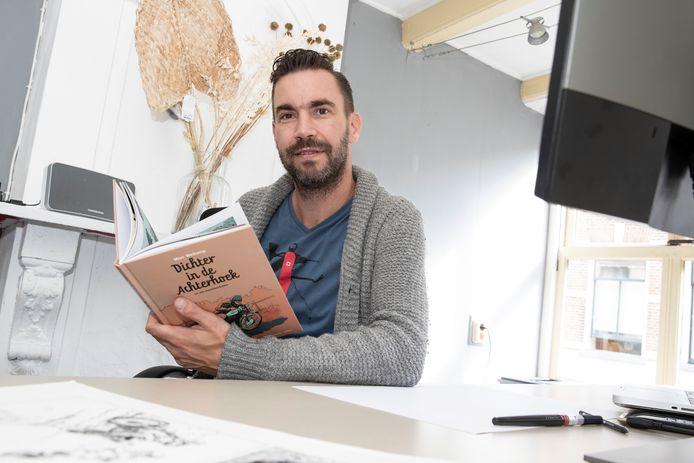 Striptekenaar Marc Weikamp met zijn stripboek over Achterhoekse gedichten. ,,Óerend Hard' verwoordt heel mooi dat typisch Achterhoekse kameraadschappelijke gevoel. Vrienden door dik en dun. Samen op de motor crossen.''