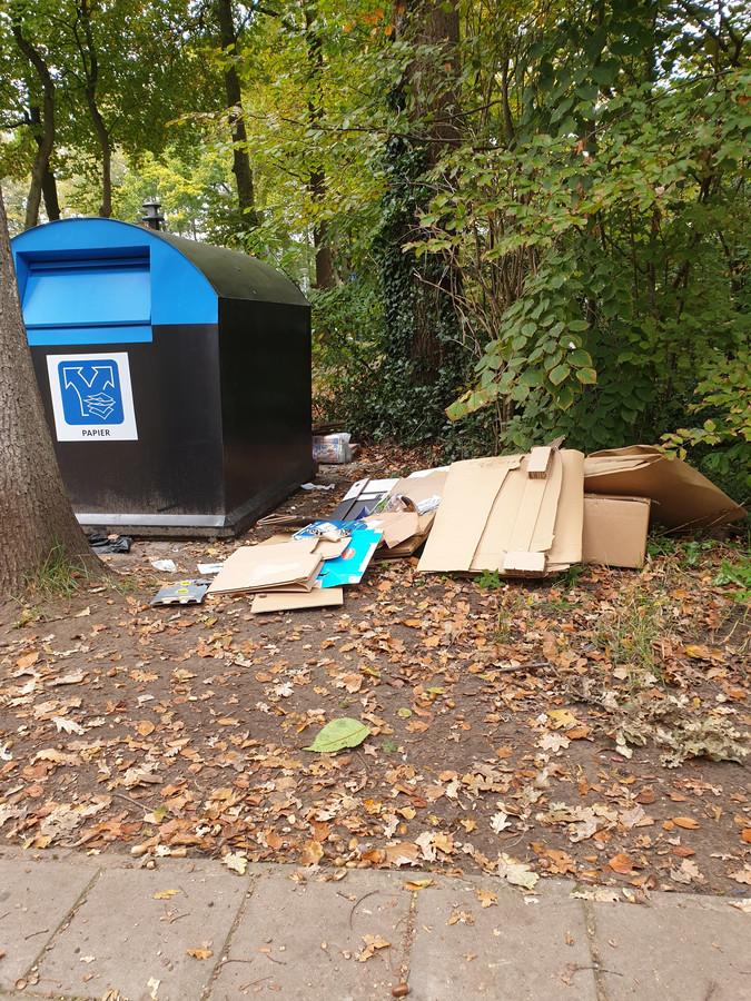 Zo moet het niet. Gedumpt papierafval bij containers in Lonneker.
