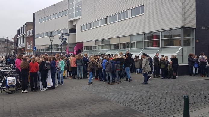 Nieuwe Veste-medewerkers  en leerlingen van Bredase basisscholen staan buiten op straat nadat het brandalarm is afgegaan.