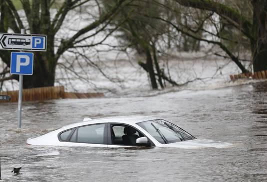 Een auto gaat kopje onder in Newton Stewart, Schotland