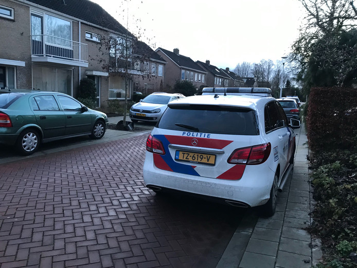 De politie is aanwezig bij het huis in Wijhe waar vanmiddag beenderen zijn aangetroffen.