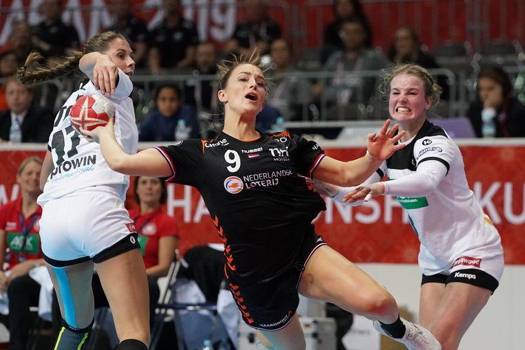 Larissa Nusse (c) in actie tijdens het WK handbal in Japan. Beeld EPA