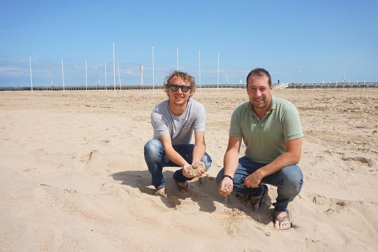 Jan Mortelmans en Kevin Beirens laten het strand na Ostend Beach proper achter.