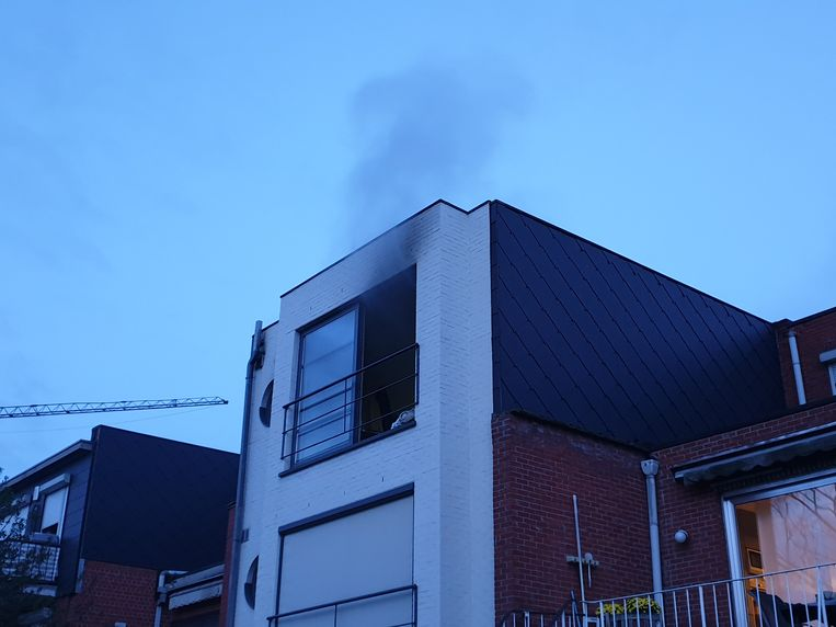 De rook kwam nog uit het appartement.