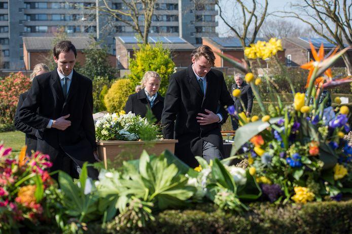 Begrafenisondernemers maken momenteel overuren. Er mogen maximaal dertig mensen bij aanwezig zijn. Een begrafenis van een coronaslachtoffer in Eindhoven.