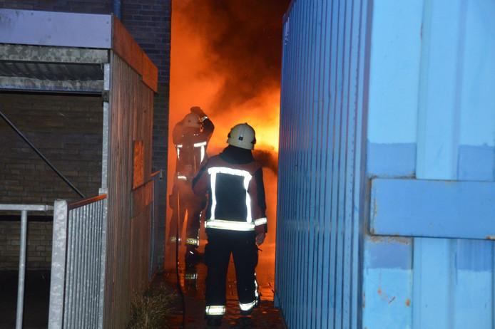 Bij de gymzaal van basisschool Theo Thijssen bluste de brandweer het vuur in enkele matten.