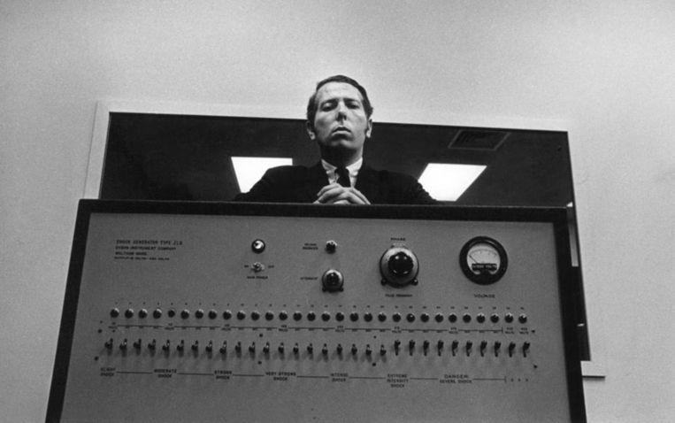 Stanley Milgram achter zijn zogenoemde 'shockbox', het apparaat waarmee proefpersonen steeds zwaardere elektrische schokken moesten toedienen aan anderen. Beeld The Chronicle of Higher Education