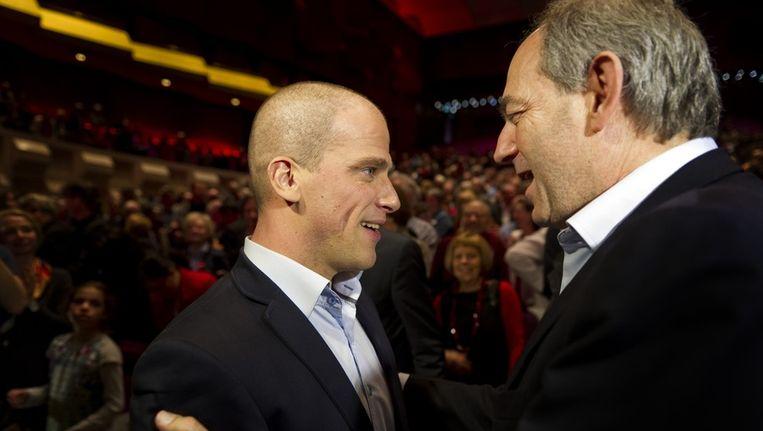 De nieuwe partijleider Diederik Samsom (L) van de PvdA samen met de oud-partijleider Job Cohen tijdens een bijzonder congres van de PvdA in De Doelen in Rotterdam. Beeld anp