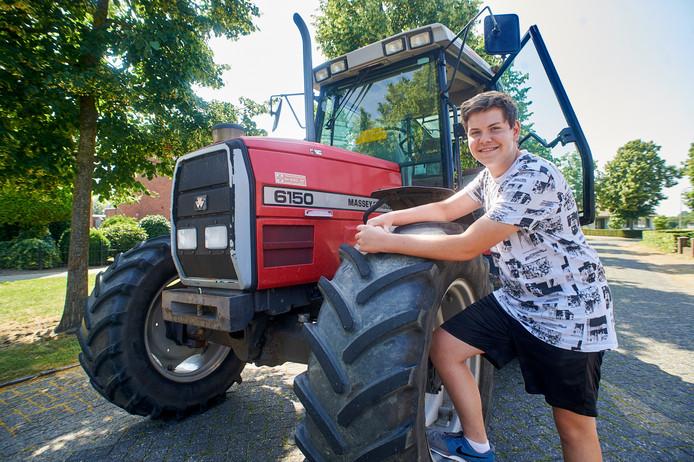 Vince van Duijnhoven uit Haren is apetrots op zijn tractor. Fotograaf: Van Assendelft/Jeroen Appels