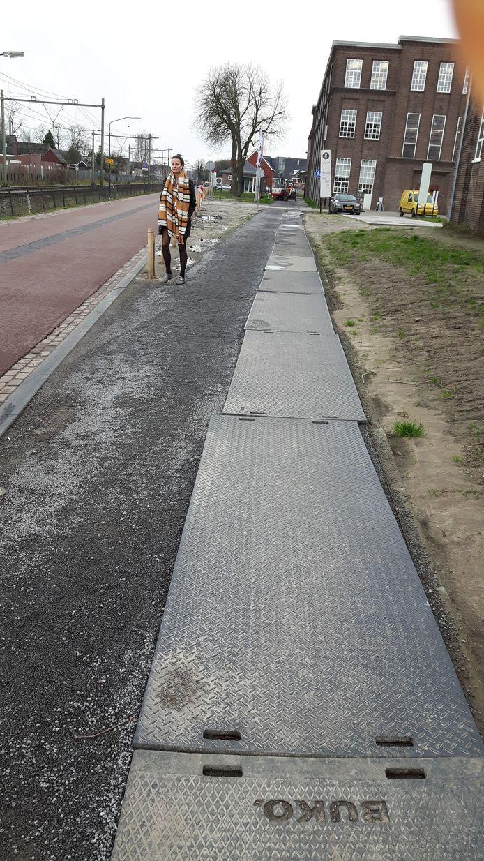De gemeente heeft op een onbegaanbaar kiezelpad langs de Almijstraat stelconplaten gelegd.