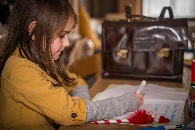 Elois Hermans (7) gaat liever naar het klasje van haar mama dan naar de echte school.