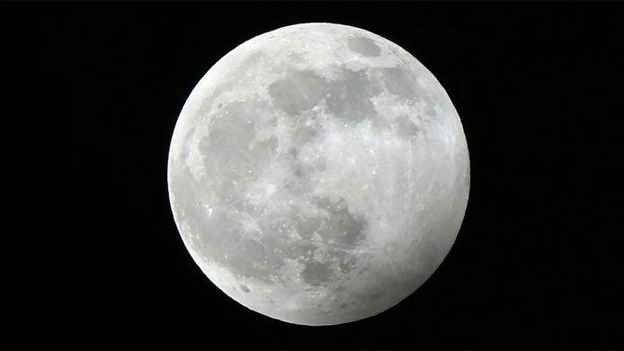 Foto vanuit Enschede van de maan tijdens bijzonder fenomeen: de supermaan.