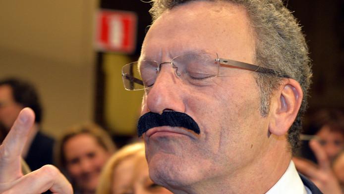 Le bourgmestre bruxellois Yvan Mayeur arborant une fausse moustache, lors de sa prestation de serment en décembre
