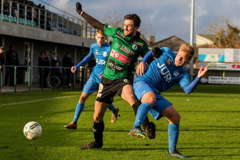 Bavo De Witte (Hamme, r.) in duel met Vanborm (Petegem).