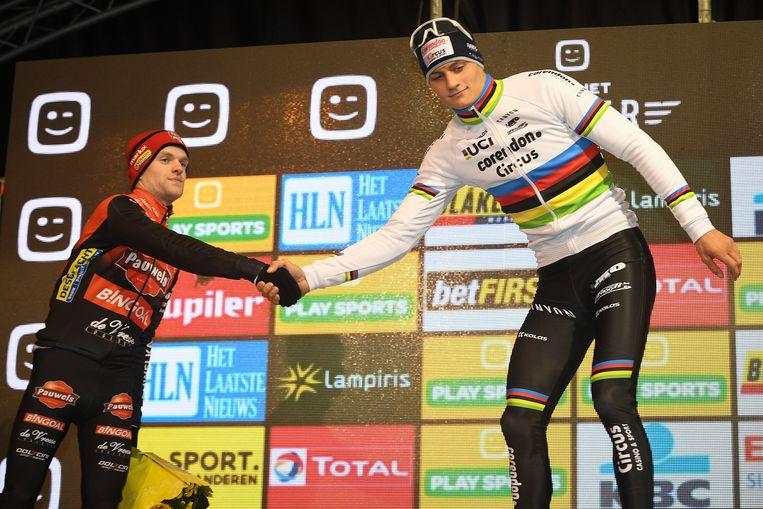 Eli Iserbyt feliciteert Mathieu van der Poel