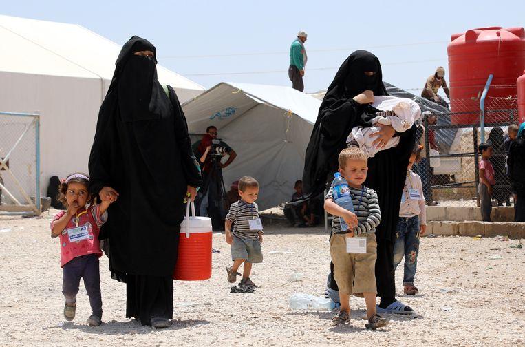 """Twee vrouwen met kinderen in het kamp Al-Hol in Syrië, van waaruit vorige week zes Belgische kinderen gerepatrieerd werden. """"Het gaat goed met hen: ze eten frieten en kijken 'Spider-Man'."""""""