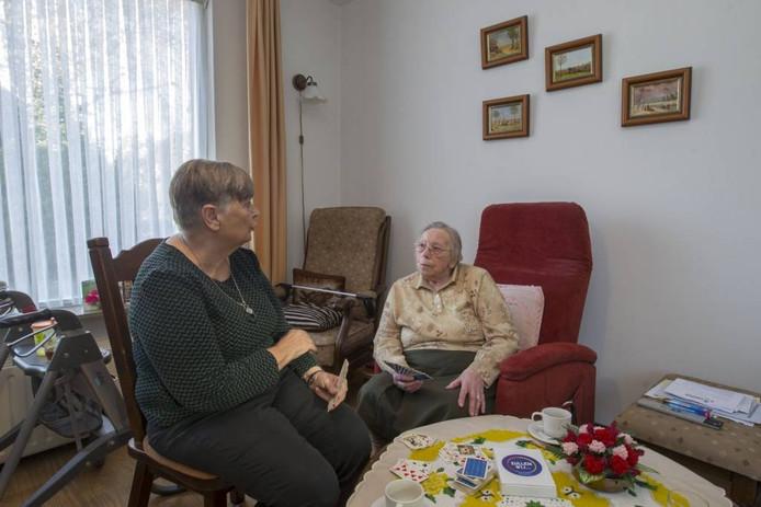 Mevrouw Anna Sanders (90) en vrijwilligster Lies Mollen-Kanen.