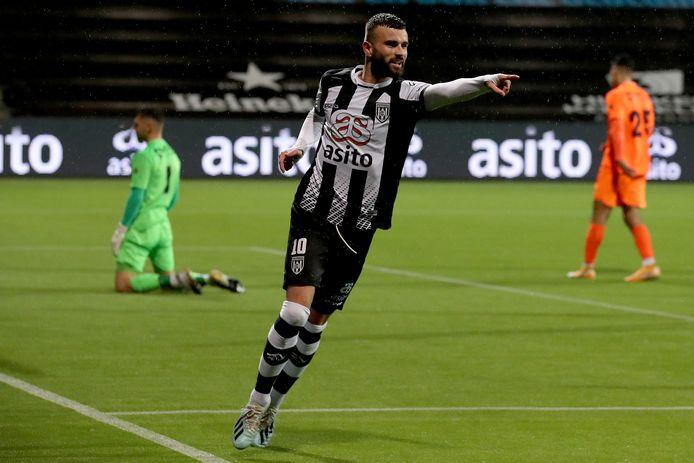 Rai Vloet wijst na zijn treffer naar de man van de assist: Delano Burgzorg