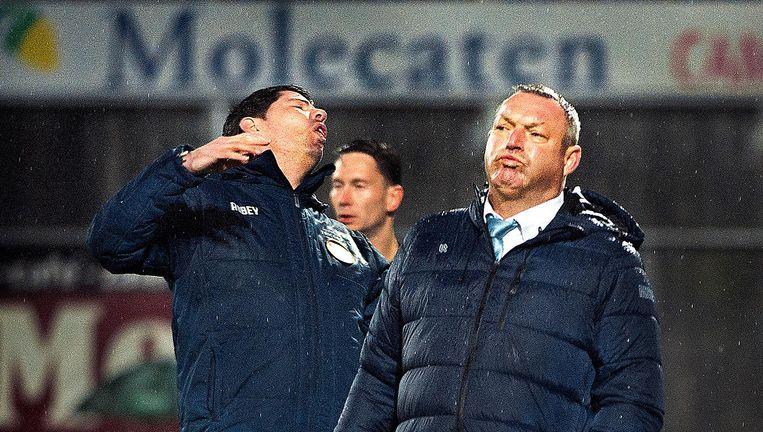 Erwin van de Looi (Willem II) en Ron Jans (rechts) van PEC na een door Willem II gemiste kans. Beeld Klaas Jan van der Weij / de Volkskrant