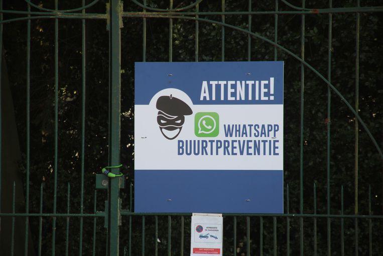 De zelfontworpen waarschuwingsborden in de wijk