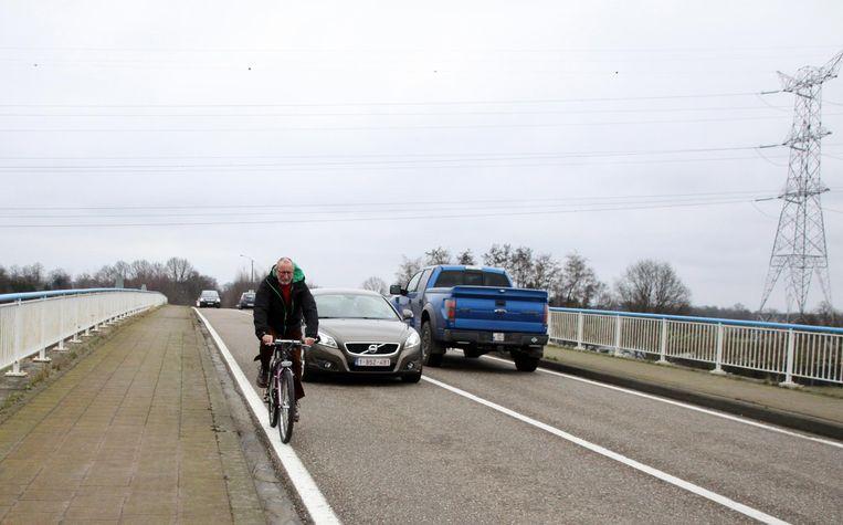 Fietsers moeten nu op de kanaalbrug gewoon op de rijbaan fietsen, wat erg gevaarlijk is.