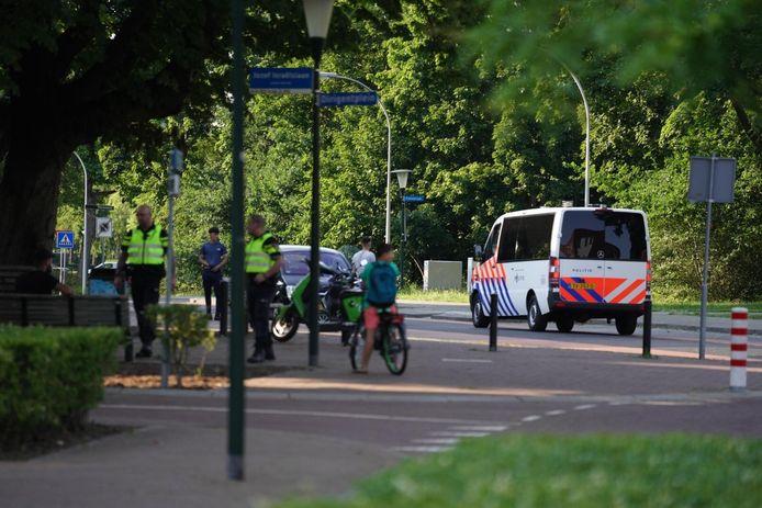De politie is massaal aanwezig in de wijk Tongelre in Eindhoven vanwege een noodverordening na een oproep onder jongeren om rellen in Helmond te overtreffen.