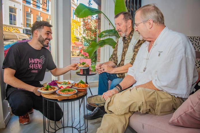 Bilal Al Mashta serveert vegan gerechten in zijn restaurant Hummus.