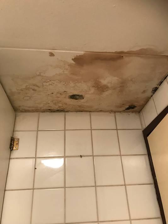 In het toilet zit een grote vochtplek.