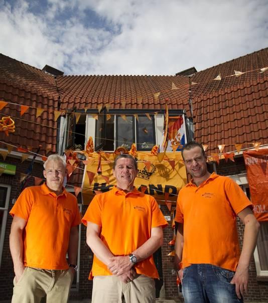 Temming Hengelsport is oranje gekleurd. V.l.n.r.: Hennie Smits, Ton Temming en Rudy Slotboom.