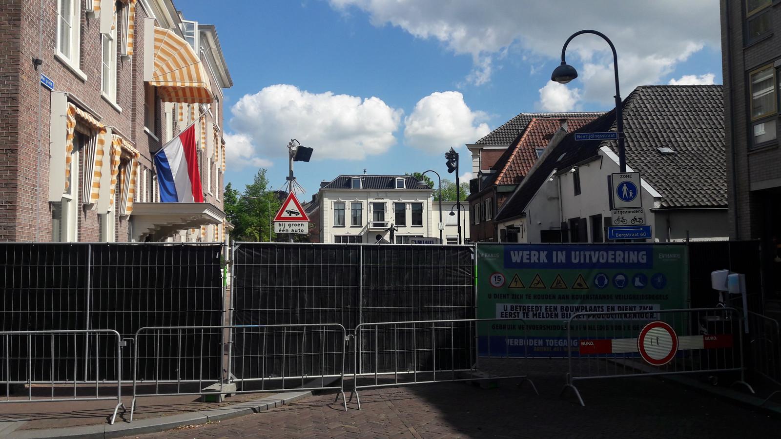 Het 5 Meiplein in Wageningen is hermetisch afgegrendeld.
