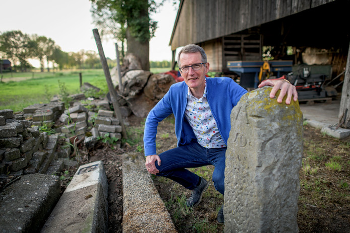 Bert Nijkamp bij een markesteen.