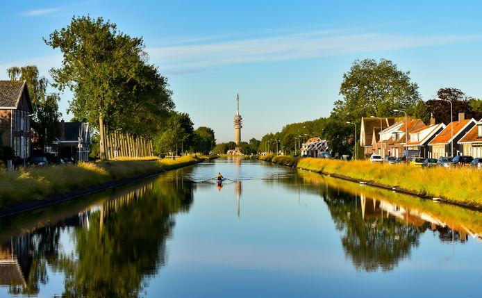 VROEGE ROEIER Een watersporter is aan het werk op een vroege zomerochtend op het Havenkanaal door Wilheminadorp ten noorden van Goes.