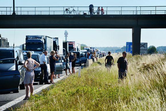 Als autobestuurders in een file belanden, zoals hier in Westkerke , is een gebrek aan water nog problematischer.
