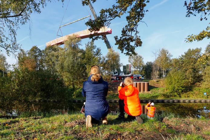 Bij de Oirschotsedijk over het Beatrixkanaal in Eindhoven is een faunabrug geplaatst,