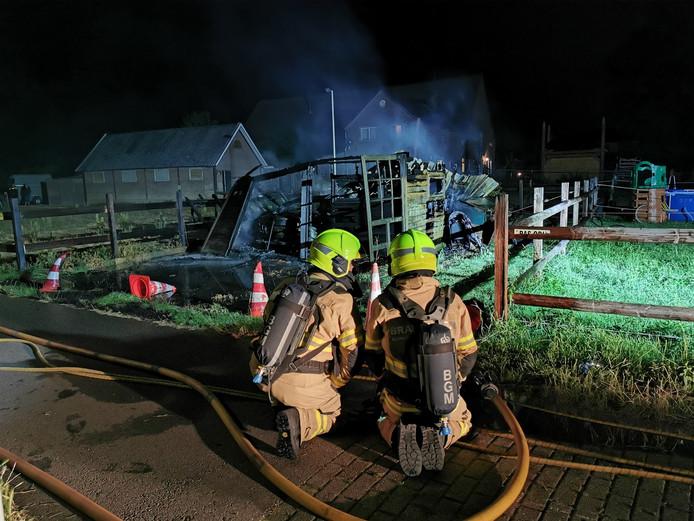 De brandweer blust de brand in Spijk.