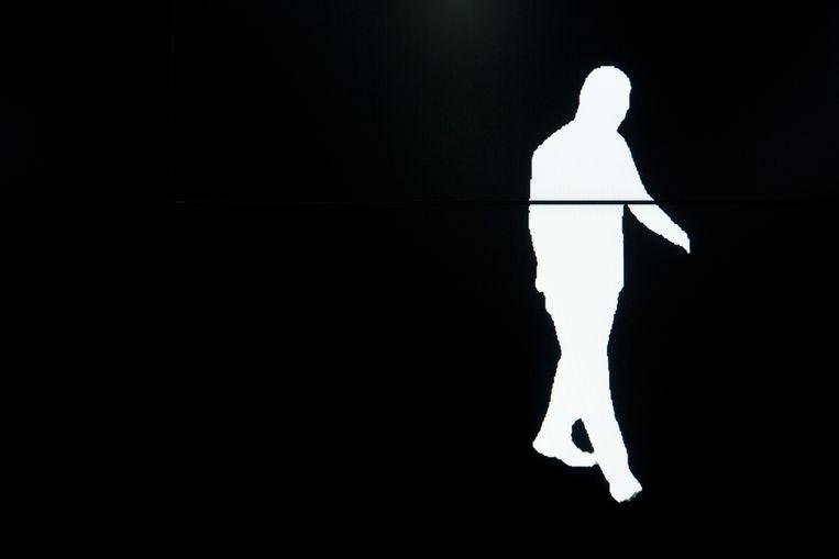 Het silhouet van een passant.  Watrix kan hem aan de hand van zijn tred identificeren.