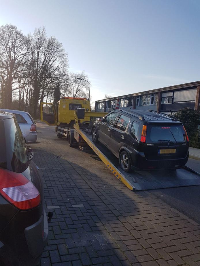 De auto van het gezin aan de Wiardi Beckmanstraat wordt weggesleept met meerdere lekke banden, in een conflict met een bewoner van de De Gaullestraat in Doetinchem.