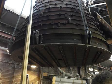 Mal van 40 ton door dak Eijsbouts in Asten