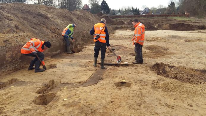 Archeologen aan het werk op terrein De Grassen in Vlijmen.