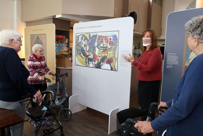 Museumdocent Anita Liemburg (2e rechts) geeft uitleg aan bewoners Martha Nachtegaal, Fina Scheele  en Jeanne de Block (vlnr).