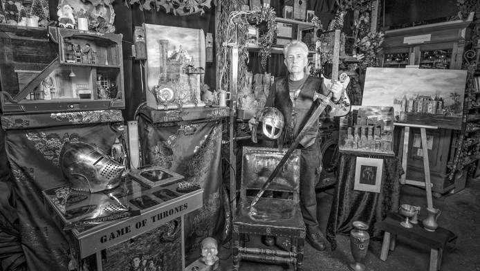 Jacques Mul (68) uit Gouda maakt kunstobjecten met onderdelen van oude apparaten. ,,Ik wil niet dat mijn creaties nut hebben. Juist niet.''