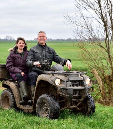 Boer Frank en boerin Karina zorgen net zo goed voor de weidevogels als voor hun koeien