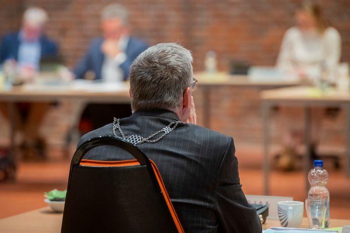 Burgemeester Baars tegenover leden van de gemeenteraad.
